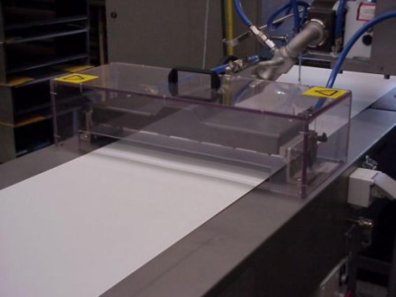 Zasilany pompą depozytor czekolady do produkcji pastylek, kropelek i kawałków czekolady