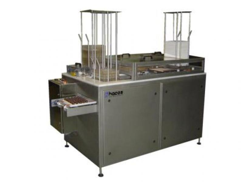 Urządzenie do wyjmowania z form czekoladek o płaskiej podstawie