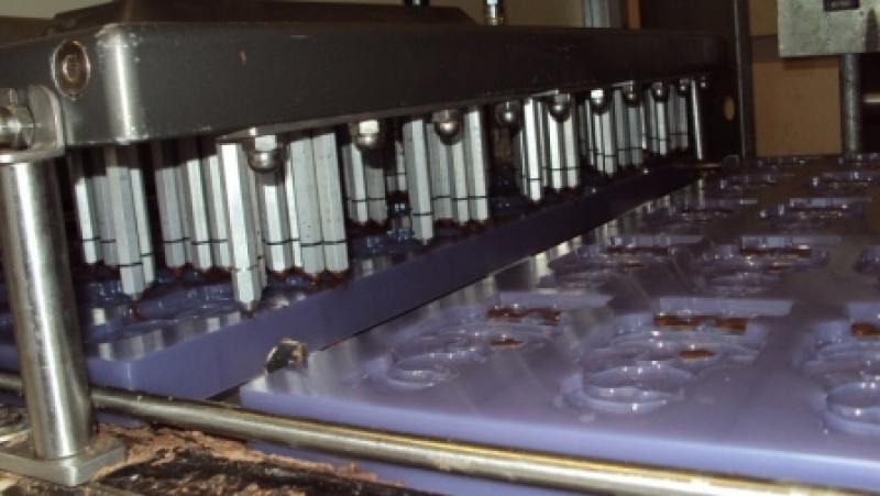 Zasilany pompą depozytor czekolady do napełniania form